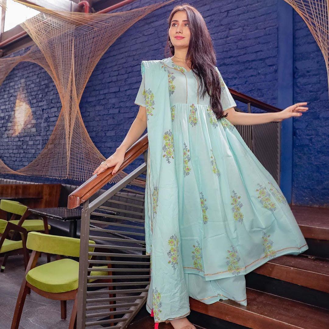 Waist,Yellow,Fashion design,Gown,Formal wear,Leisure,Chair,Street fashion,Long hair,Electric blue