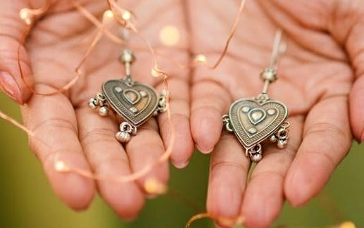Jewellery,Fashion accessory,Hand,Necklace,Silver,Locket,Pendant,Finger,Silver,Metal