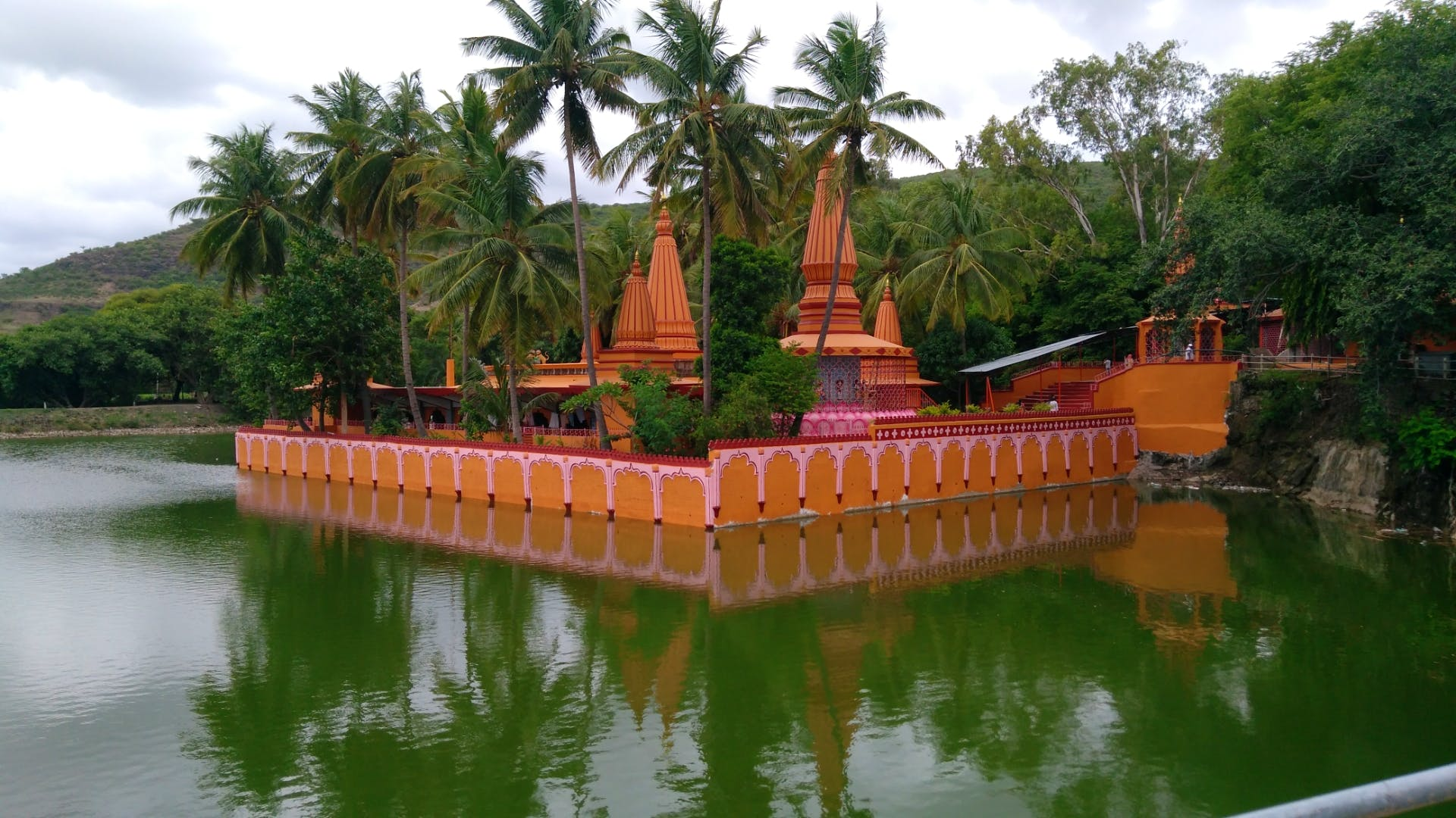 Temple,Wat,Botany,Place of worship,Architecture,Pond,Chinese architecture,Reflection,Tree,Building