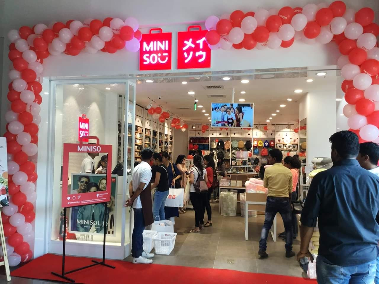 Building,Retail,Outlet store,Trade,Shopping mall,Event,Shopping