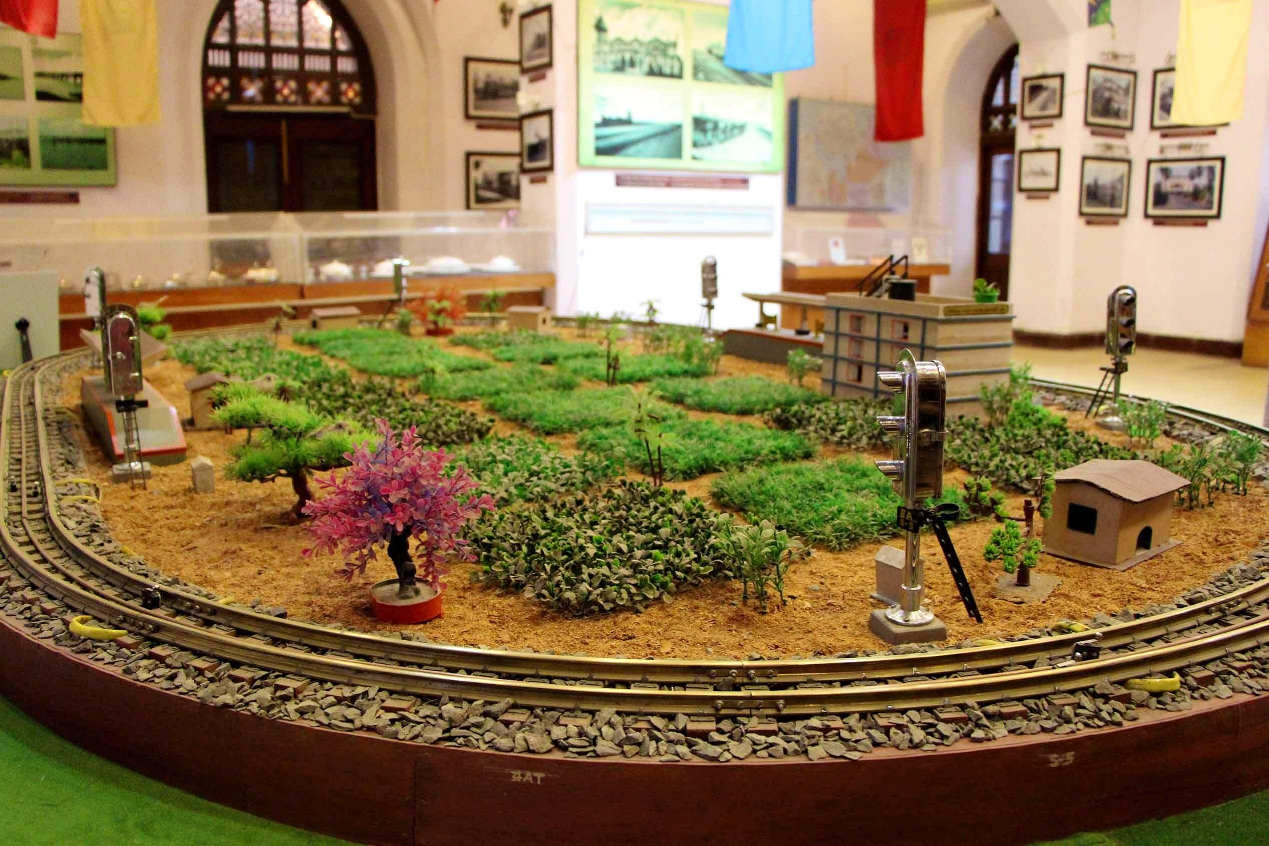 Scale model,Grass,Miniature,Architecture,Garden,Plant,Building,Interior design,Courtyard,Houseplant