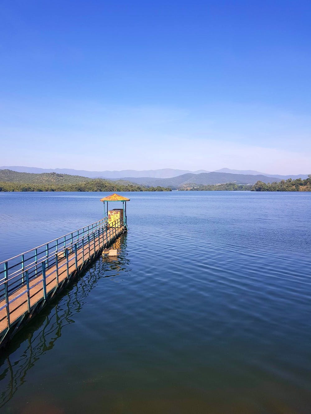 Body of water,Water resources,Water,Sky,Reservoir,Lake,Pier,Blue,River,Horizon