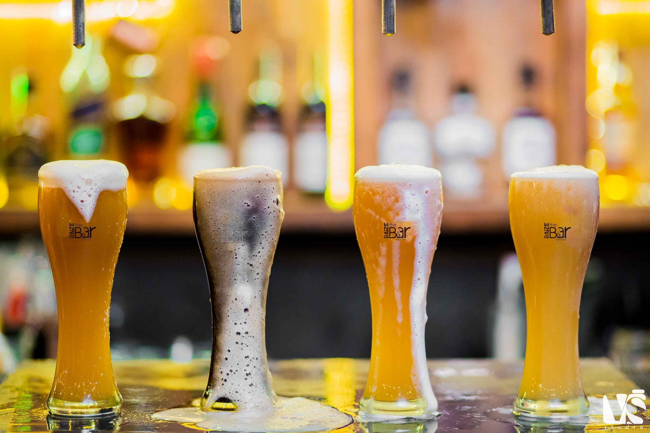 Beer glass,Drink,Yellow,Beer,Wheat beer,Drinkware,Champagne cocktail,Alcohol,Champagne stemware