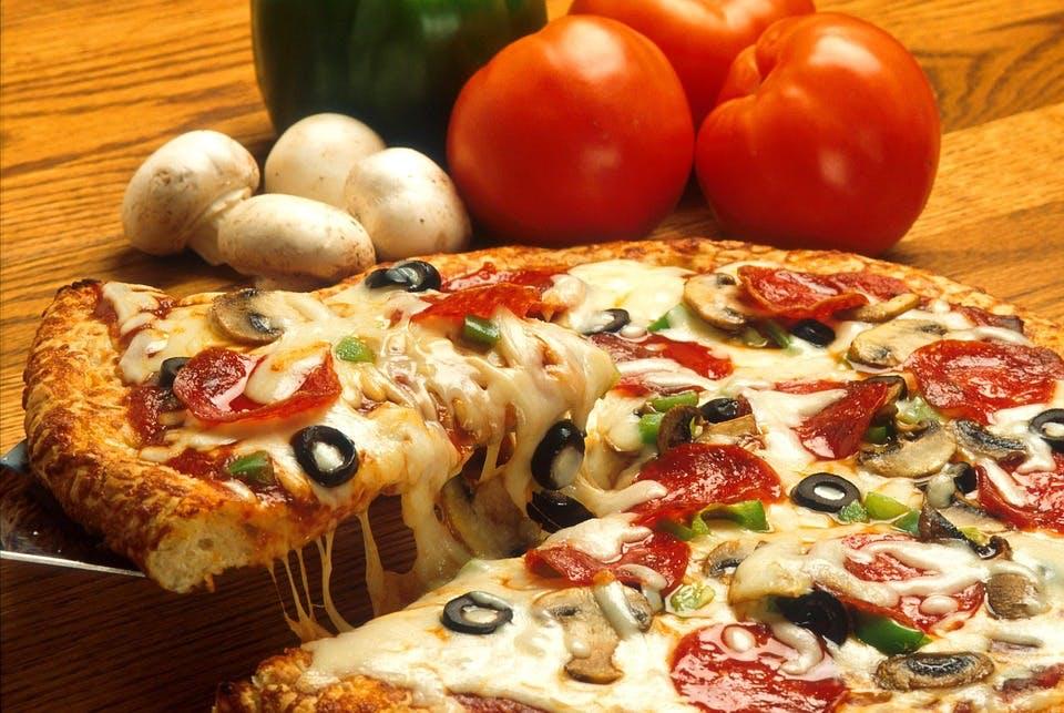 Dish,Food,Cuisine,Pizza,Pizza cheese,Ingredient,California-style pizza,Flatbread,Italian food,Tarte flambée