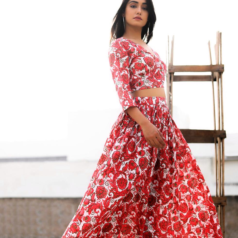 Clothing,Dress,Fashion model,Red,Day dress,Formal wear,Gown,Pink,Waist,A-line