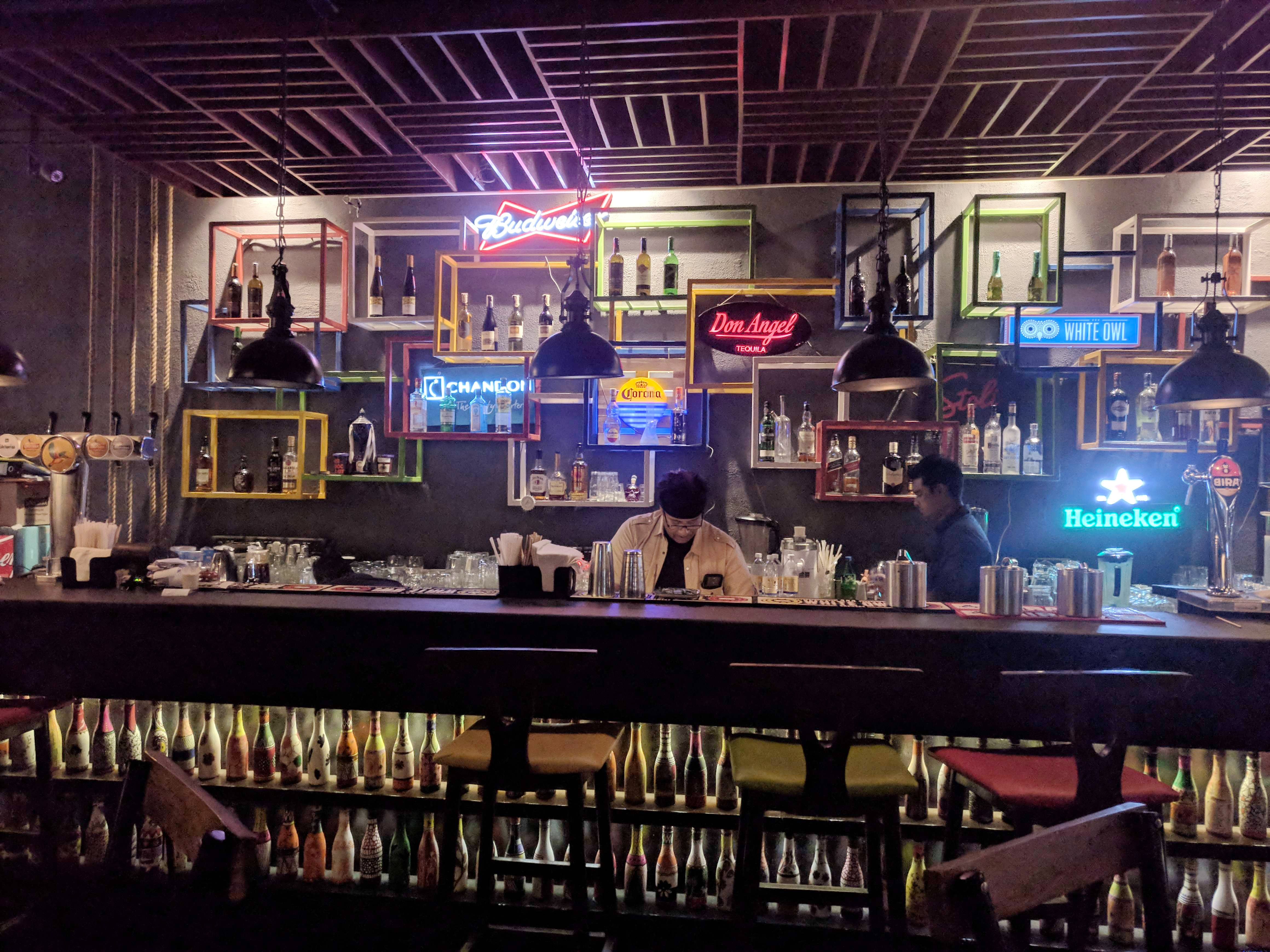 Bar,Pub,Drinking establishment,Tavern,Building,Night,Restaurant,Barware,City