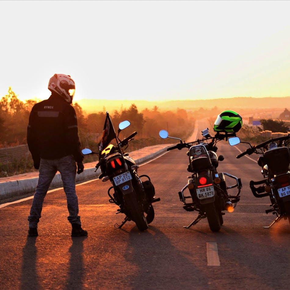 Vehicle,Motor vehicle,Motorcycle,Motorcycling,Mode of transport,Sky,Landscape,Photography,Travel,Road