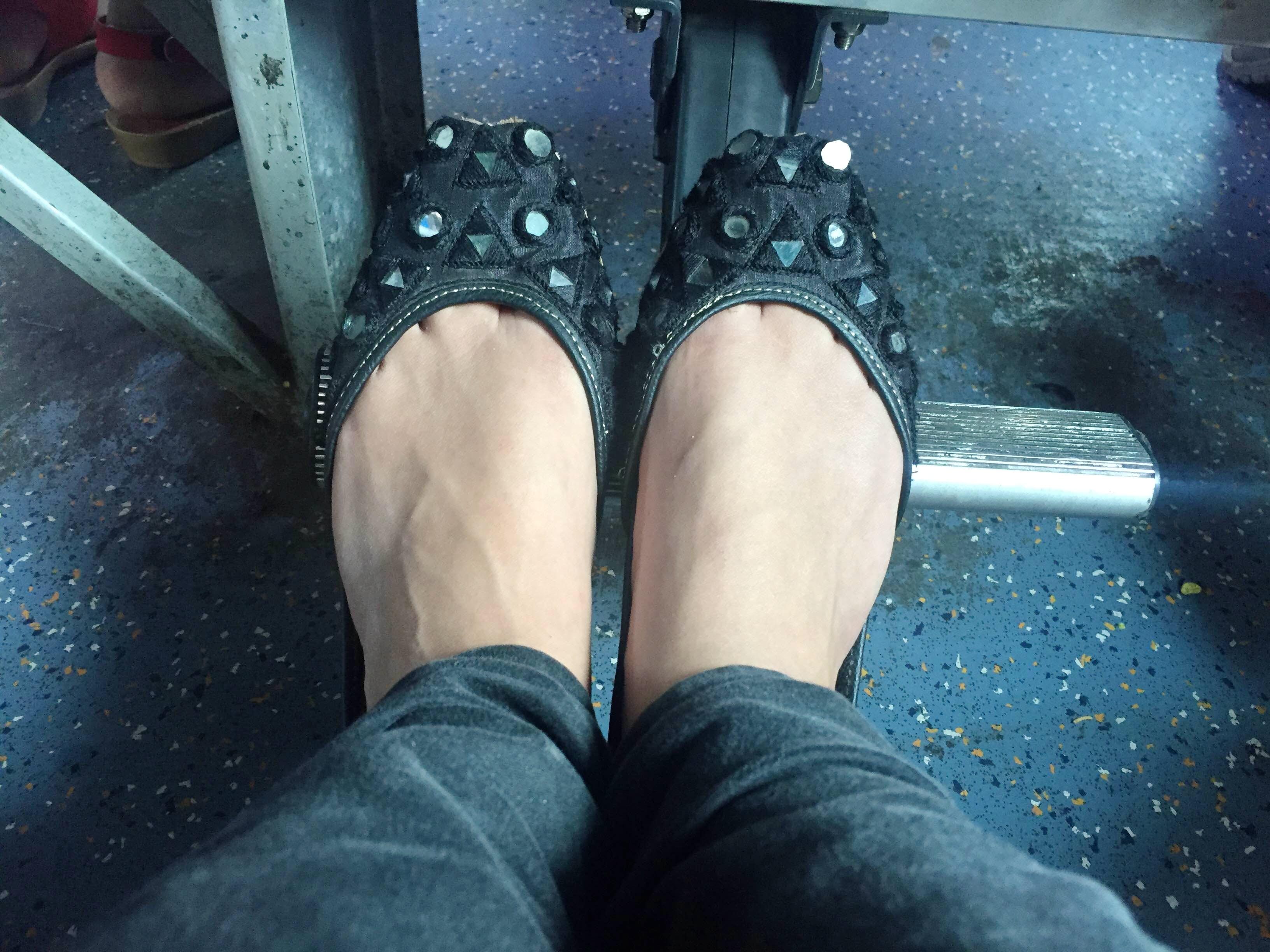 Footwear,Leg,Human leg,Black,Shoe,Foot,Ankle,Jeans,Joint,Human body