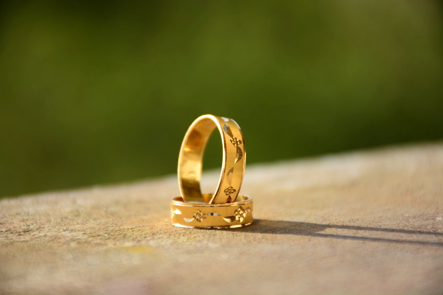 Ring,Yellow,Wedding ring,Fashion accessory,Jewellery,Wedding ceremony supply,Gold,Metal,Macro photography,Finger