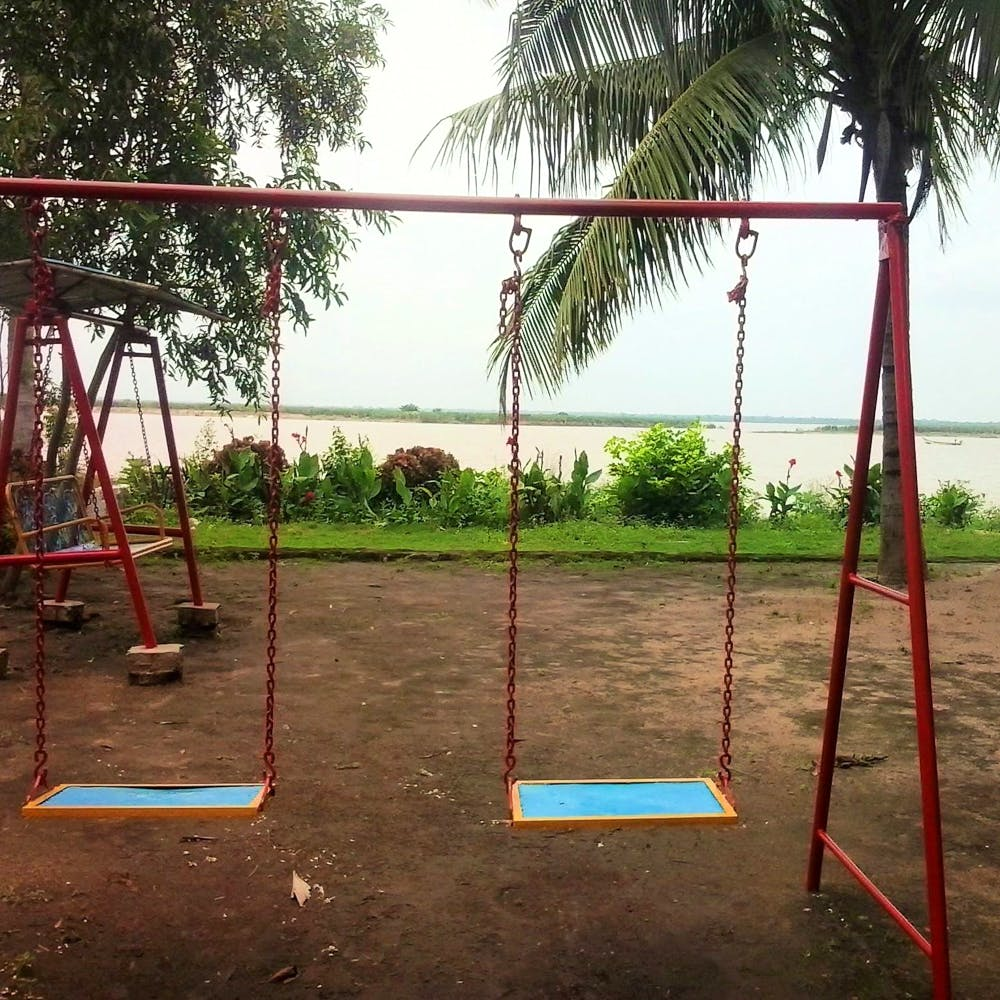 Swing,Outdoor play equipment,Public space,Playground,Human settlement,Tree,Recreation,Leisure,City