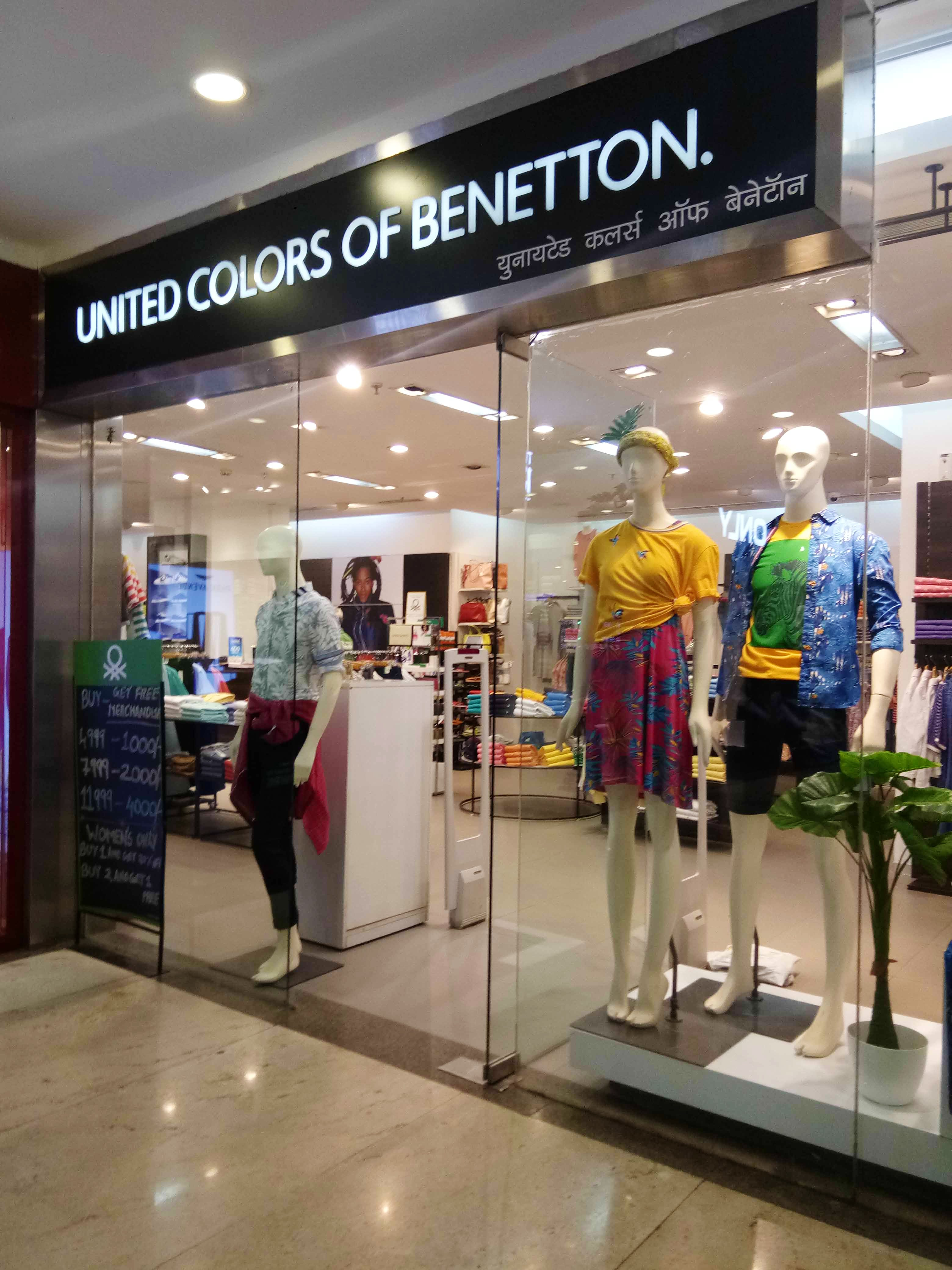 Outlet store,Shopping mall,Building,Boutique,Retail,Display window,Interior design,Trade,Shopping