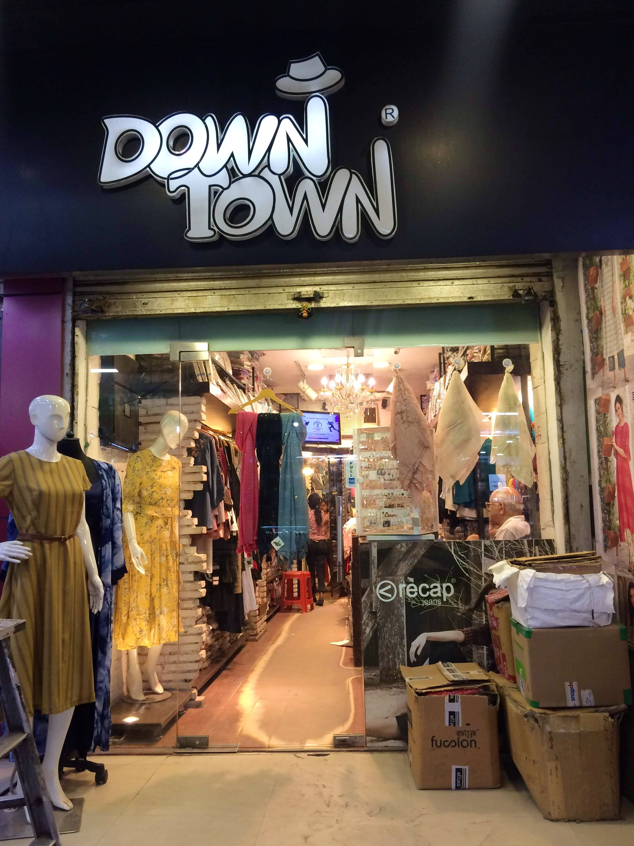 Boutique,Outlet store,Retail,Building,Bazaar,Shopping,Display window,Night,Marketplace,Street