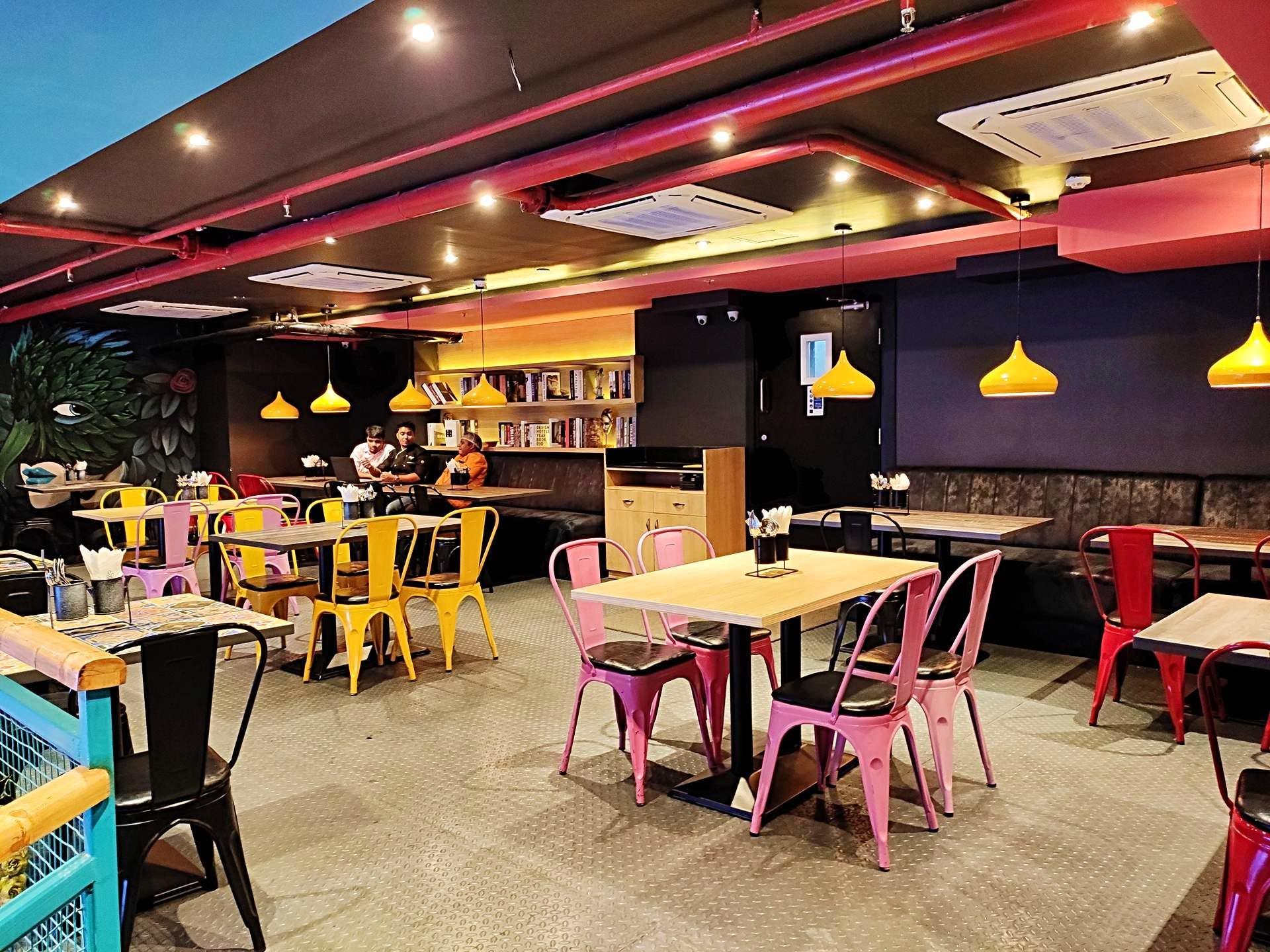 Restaurant,Fast food restaurant,Building,Room,Interior design,Table,Café,Diner,Cafeteria,Food court