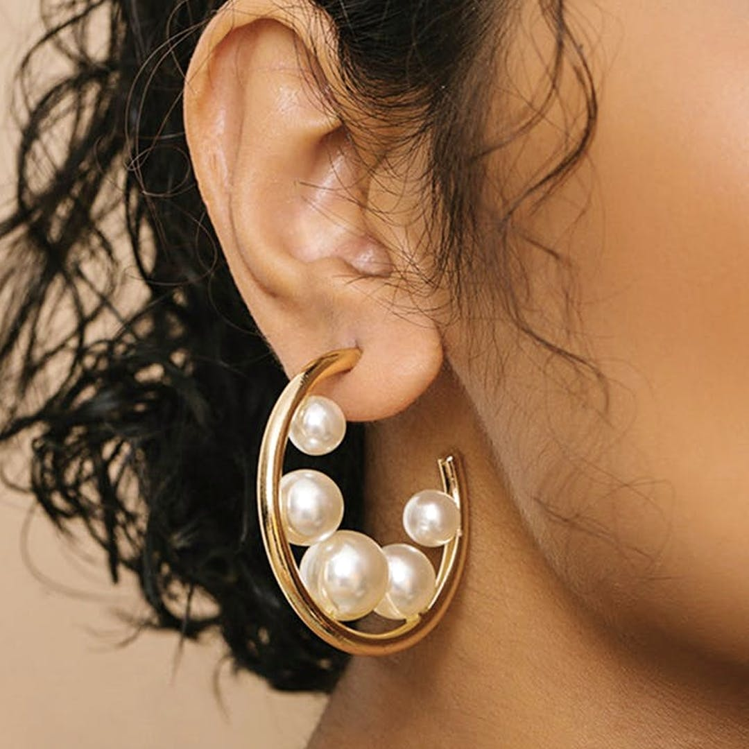 Ear,Pearl,Earrings,Body jewelry,Jewellery,Fashion accessory,Organ,Body piercing,Neck,Human body