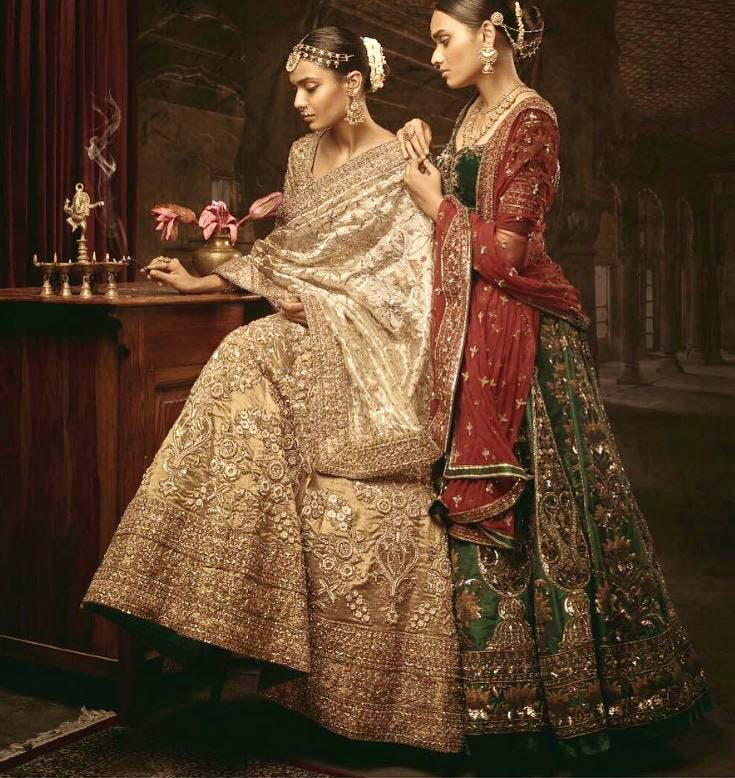 Clothing,Lady,Formal wear,Dress,Victorian fashion,Fashion,Sari,Fashion design,Textile,Gown