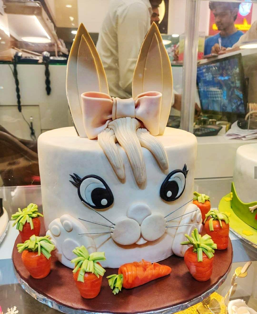 Cake decorating,Food,Cake,Sweetness,Sugar paste,Dessert,Culinary art,Birthday cake,Sugar cake,Cuisine