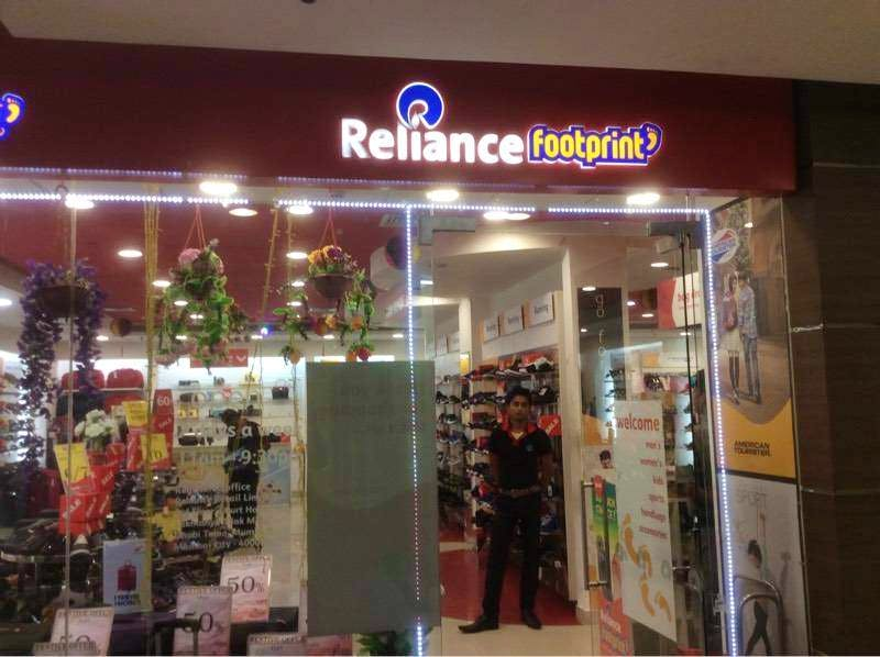 Building,Outlet store,Retail,Shopping mall,Trade,Convenience store,Shopping