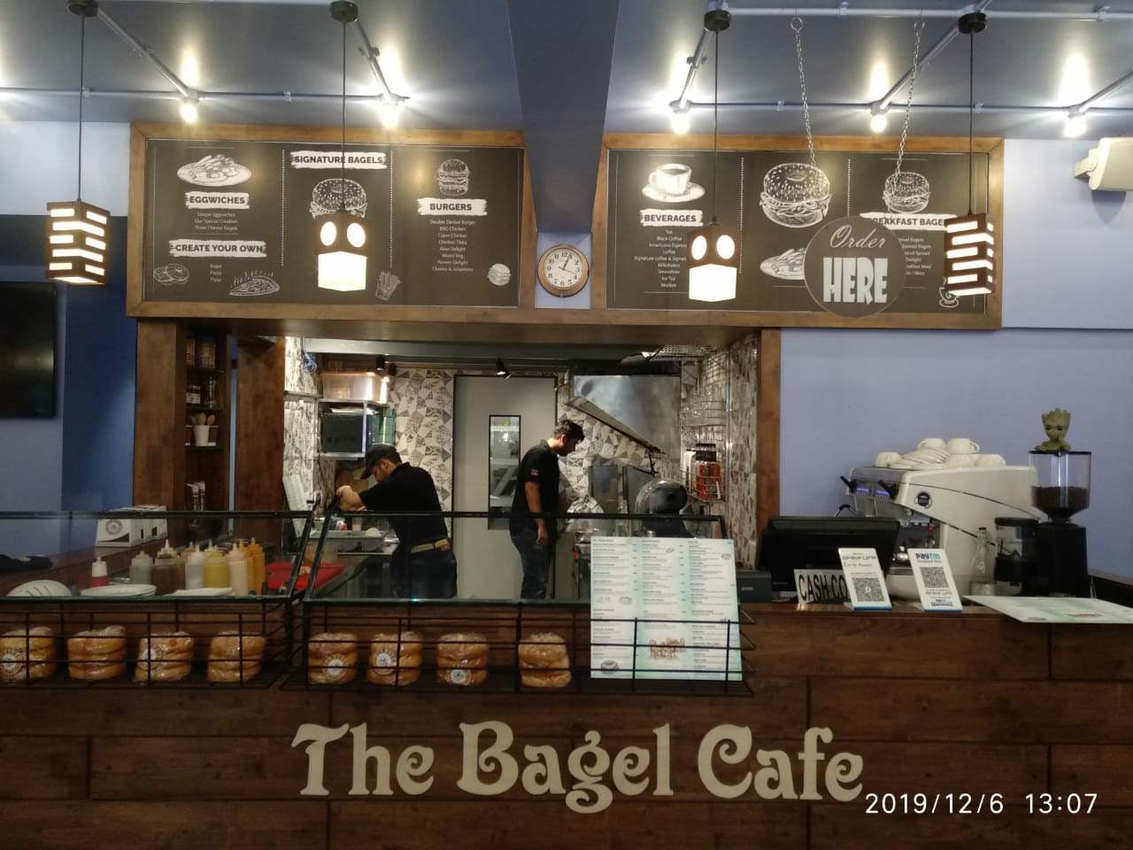 Building,Restaurant,Coffeehouse,Fast food restaurant,Café
