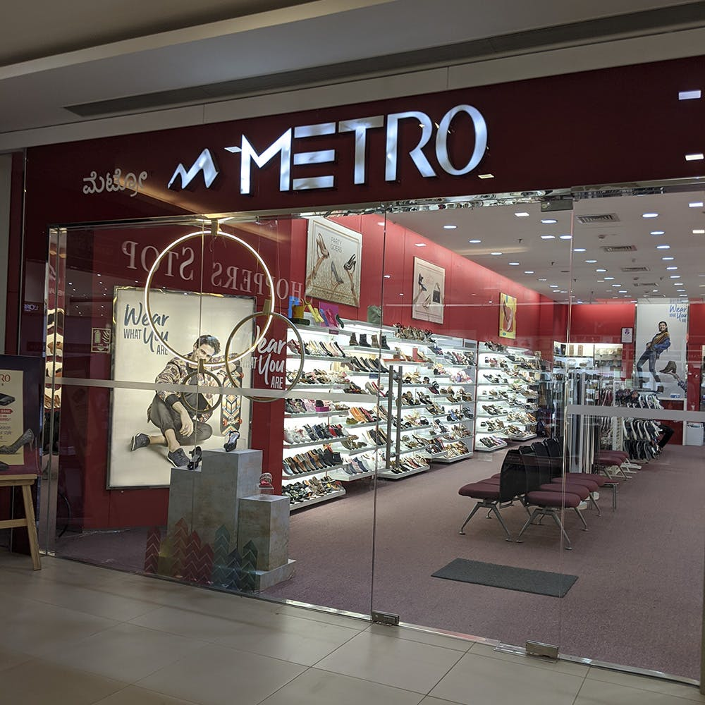 Building,Outlet store,Retail,Interior design,Shopping mall,Display case,Display window,Boutique