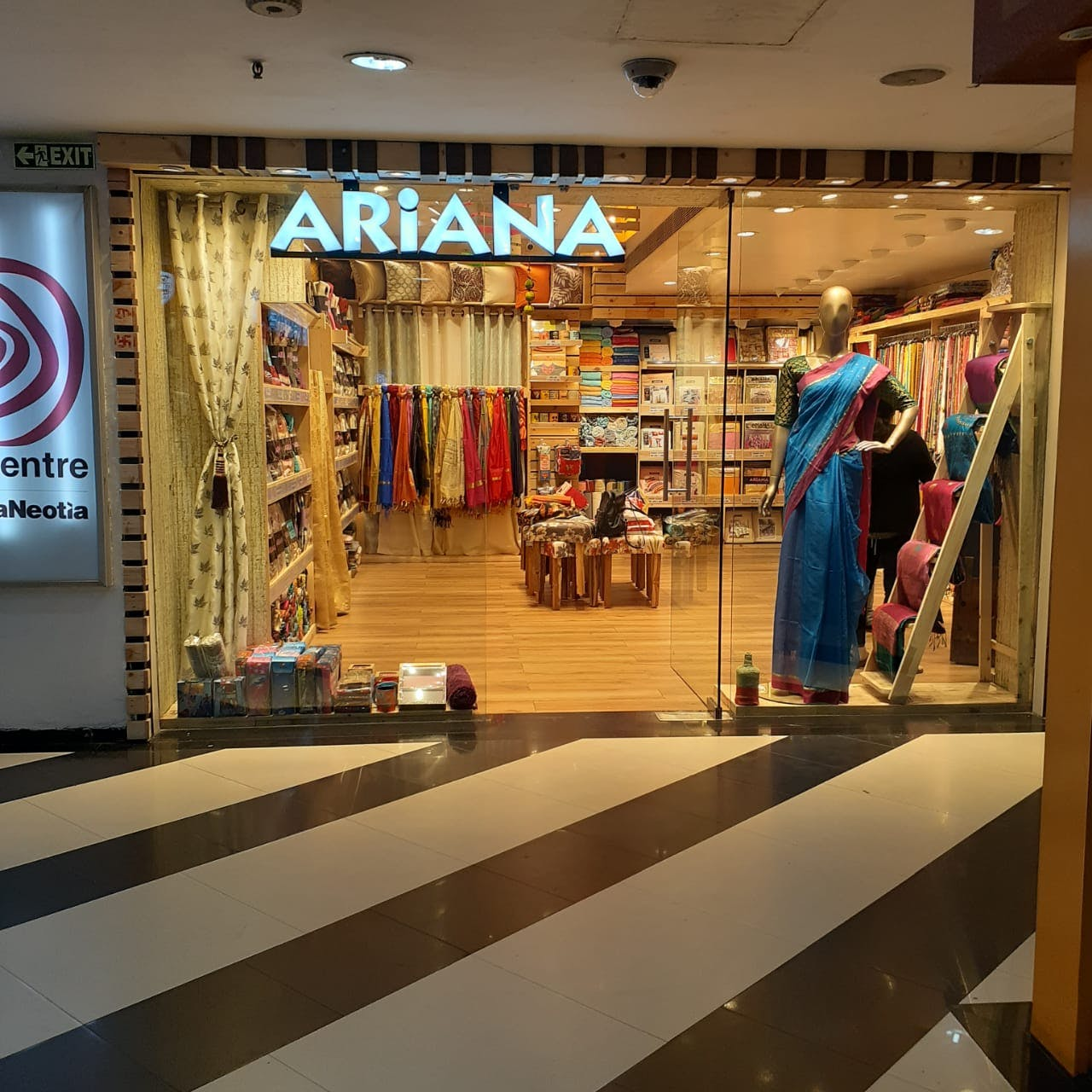 Outlet store,Boutique,Retail,Building,Shopping mall,Fashion,Floor,Shopping,Interior design,Textile