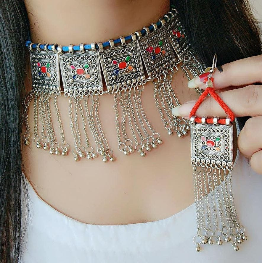 Jewellery,Neck,Necklace,Fashion accessory,Joint,Chain,Arm,Shoulder,Fashion,Hand