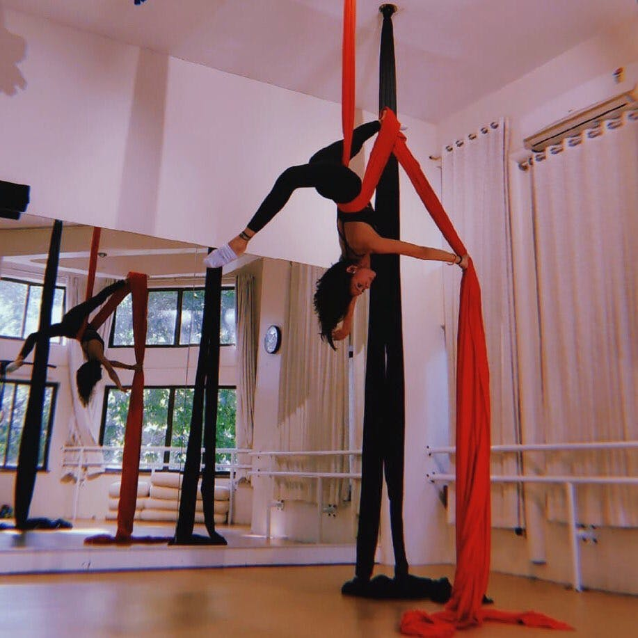 Acrobatics,Aerialist,Performance,Balance,Physical fitness,Leg,Performing arts,Dance,Stretching,Event