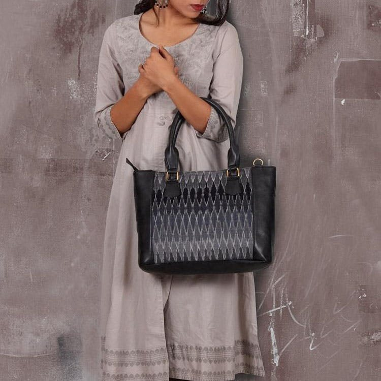 White,Shoulder,Bag,Handbag,Fashion,Fashion accessory,Kelly bag,Joint,Tote bag,Silver