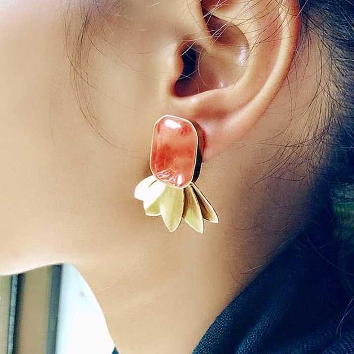 Ear,Earrings,Organ,Neck,Fashion accessory,Body jewelry,Jewellery,Human body,Body piercing