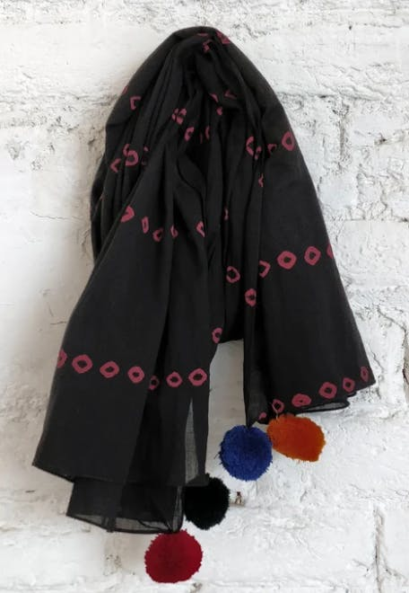 Clothing,Black,Scarf,Outerwear,Stole,Veil,Fashion accessory,Shawl,Pattern,Mantle