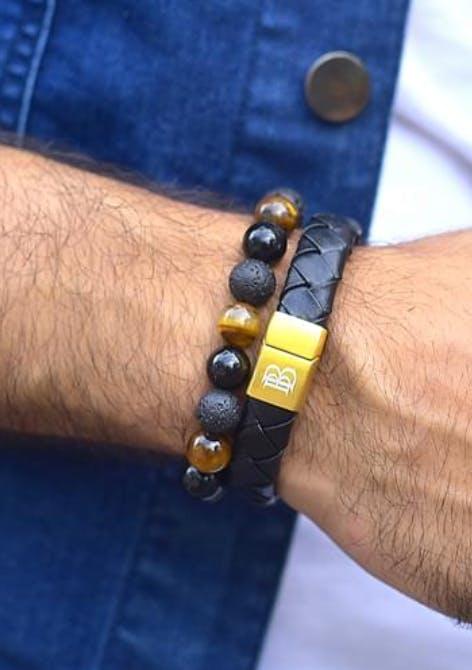 Button,Bracelet,Hand,Fashion accessory,Wrist,Jeans