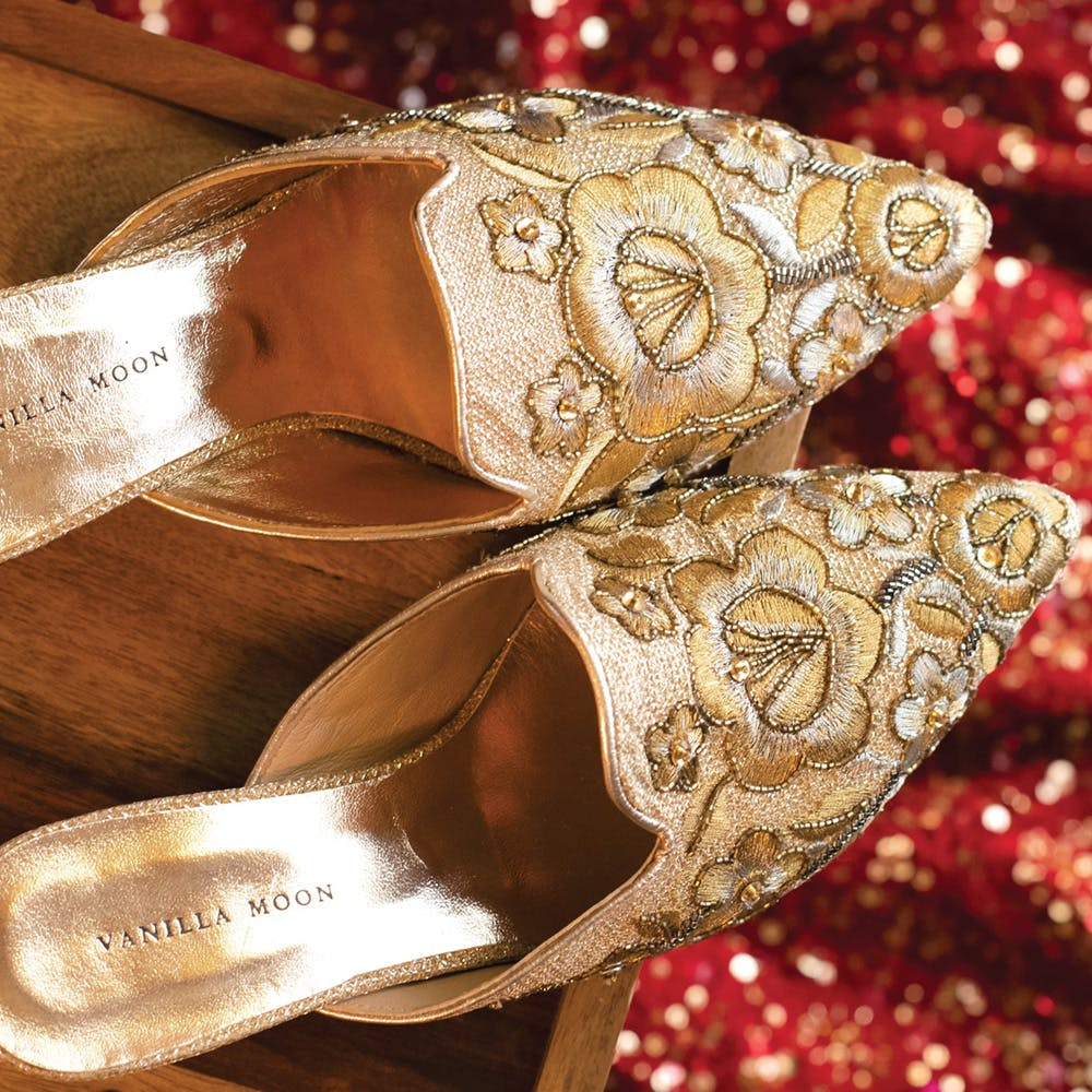 Gold,Footwear,Gold,Fashion accessory,Metal,Ribbon,Shoe,Silver,Tradition,High heels