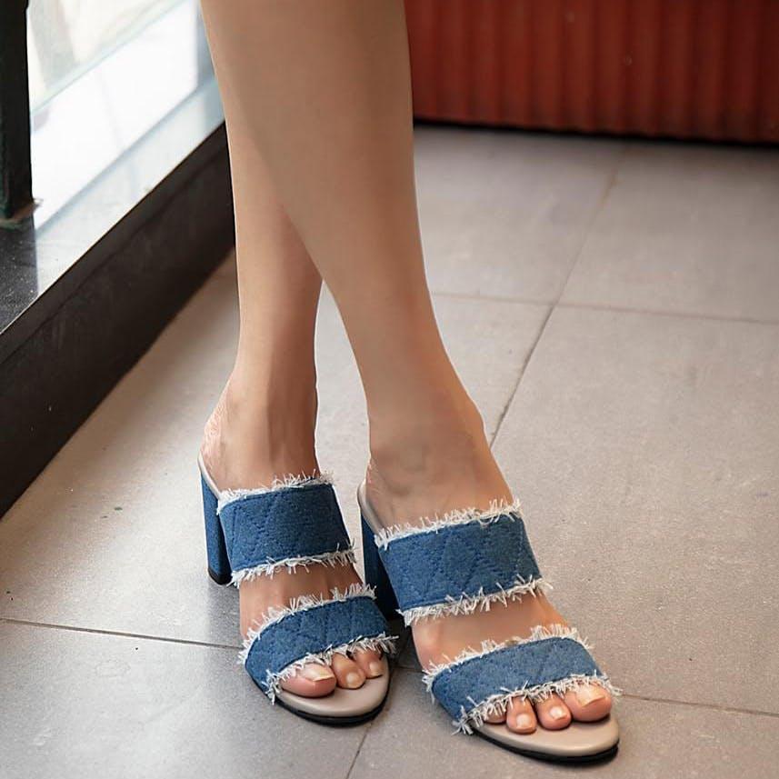 Footwear,Leg,Shoe,Toe,Sandal,Slipper,Human leg,Foot,Ankle,Joint