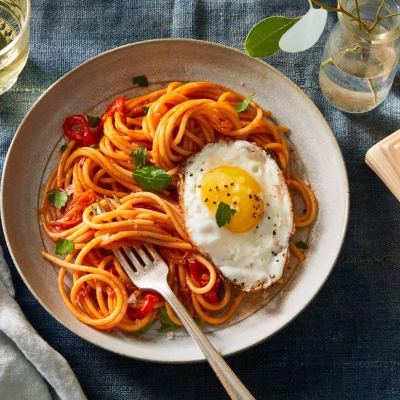 Dish,Food,Cuisine,Ingredient,Bucatini,Spaghetti,Fried egg,Produce,Italian food,Carbonara