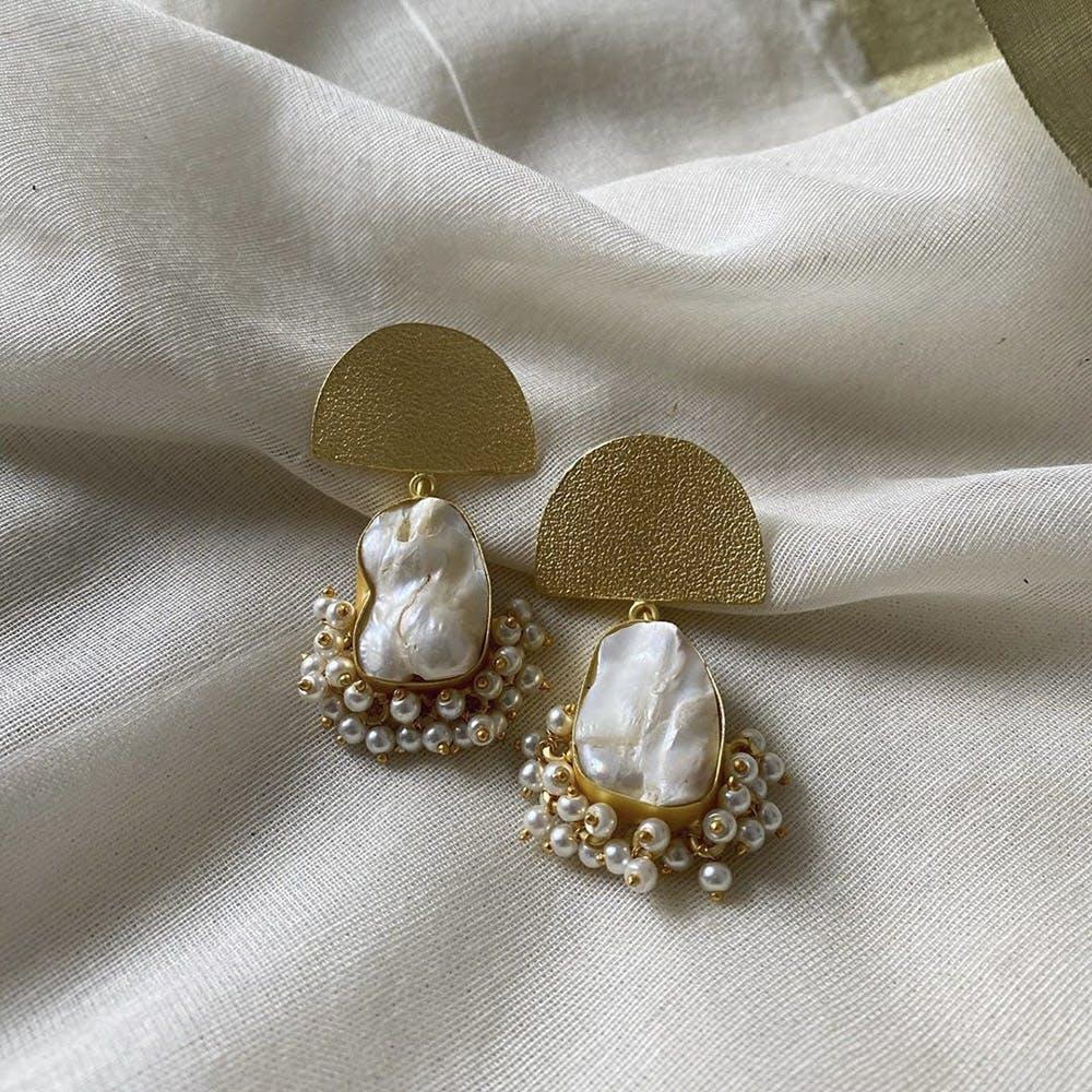 Fashion accessory,Jewellery,Body jewelry,Pearl,Silver,Bridal accessory,Beige,Gemstone,Earrings,Metal