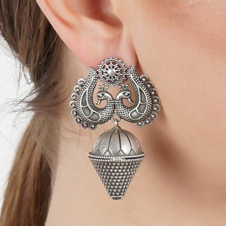 Ear,Jewellery,Neck,Fashion accessory,Body jewelry,Shoulder,Chain,Organ,Arm,Joint