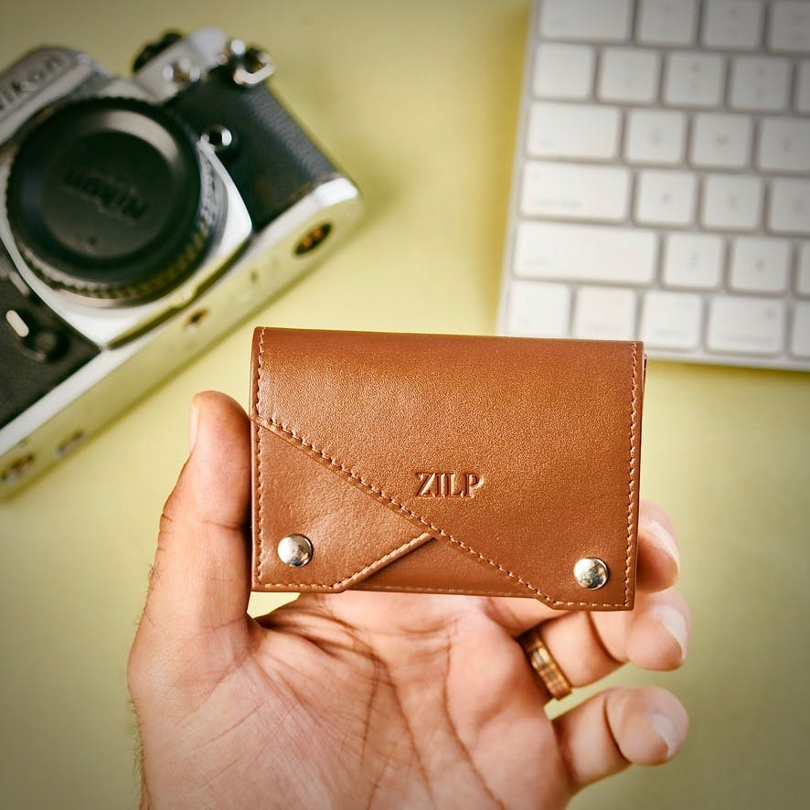 Leather,Wallet,Product,Coin purse,Brown,Hand,Camera,Cameras & optics,Finger,Fashion accessory