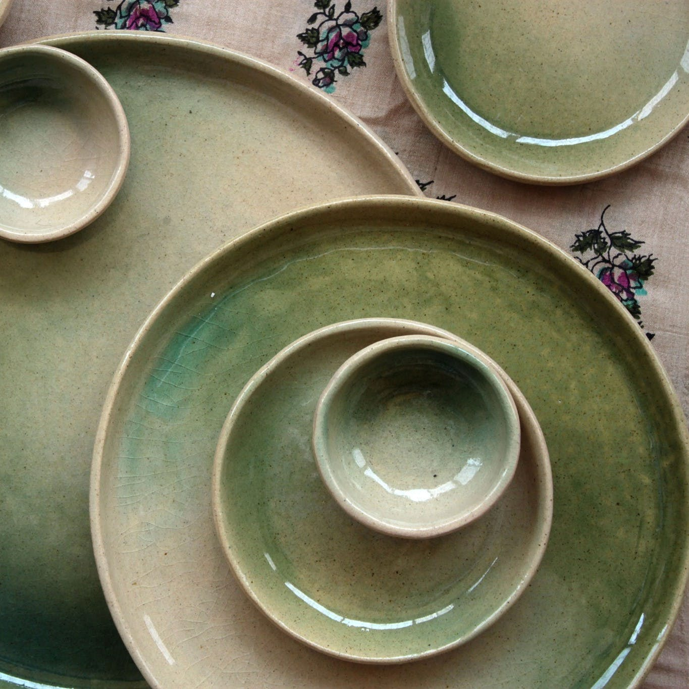 Dishware,earthenware,Green,Plate,Serveware,Dinnerware set,Platter,Saucer,Circle,Tableware