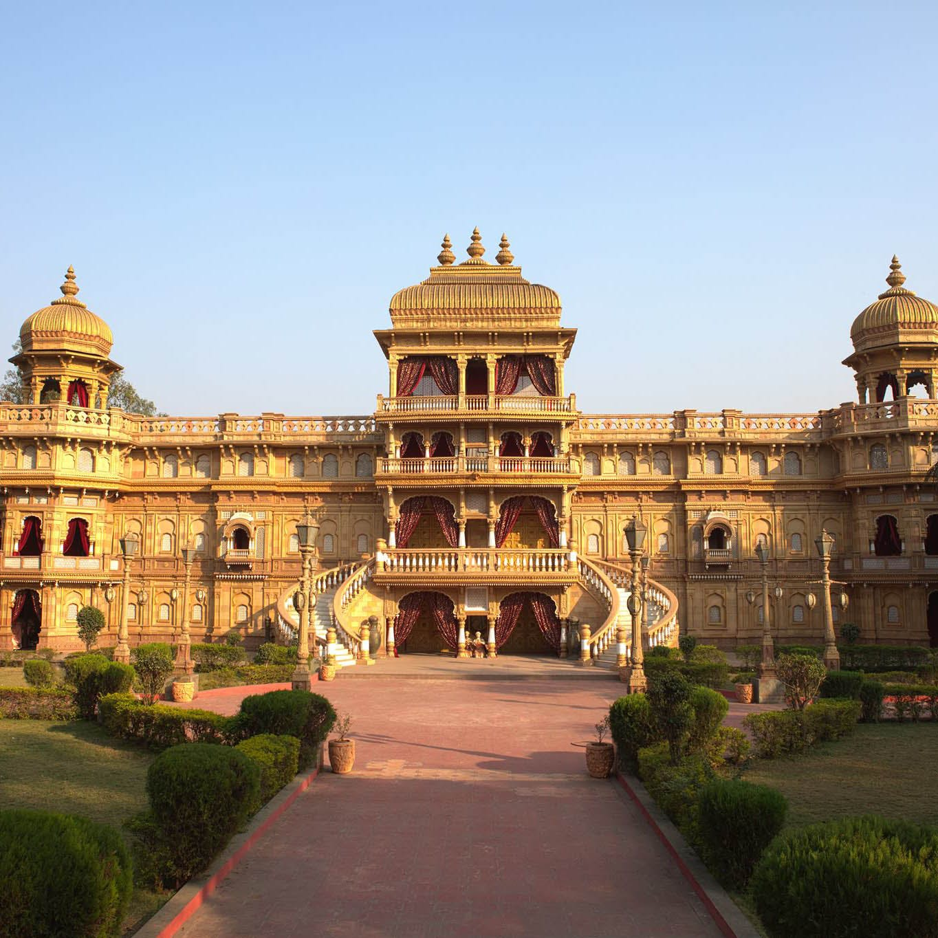 Landmark,Building,Palace,Architecture,Estate,Official residence,Classical architecture,Stately home,Mansion,City