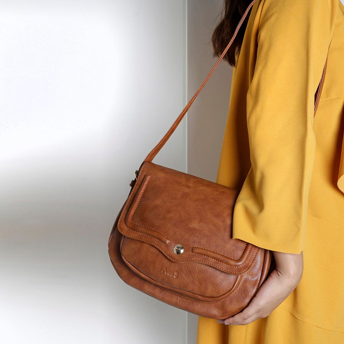 Bag,Handbag,Tan,Shoulder,Brown,Leather,Hobo bag,Yellow,Messenger bag,Joint