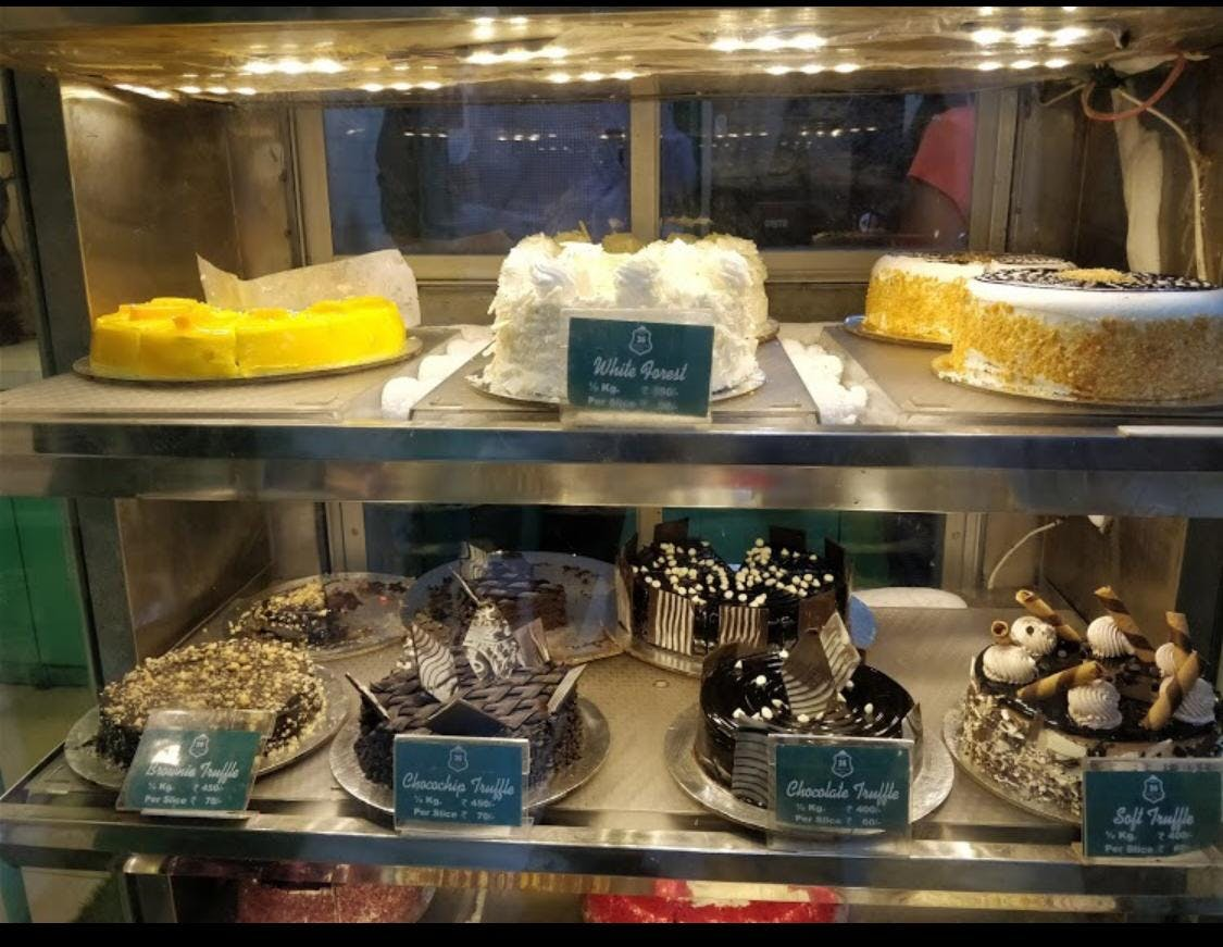 Display case,Bakery,Food,Baking,Pâtisserie,Dessert,Cuisine,Glass,Pastry,Fashion accessory