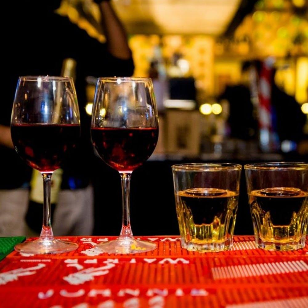 Tableware,Drinkware,Stemware,Wine,Table,Barware,Drinking establishment,Wine glass,Drink,Apéritif