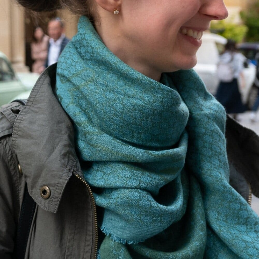 Hairstyle,Wrap,Stole,Textile,Street fashion,Sleeve,Natural material,Grey,Collar,Shawl