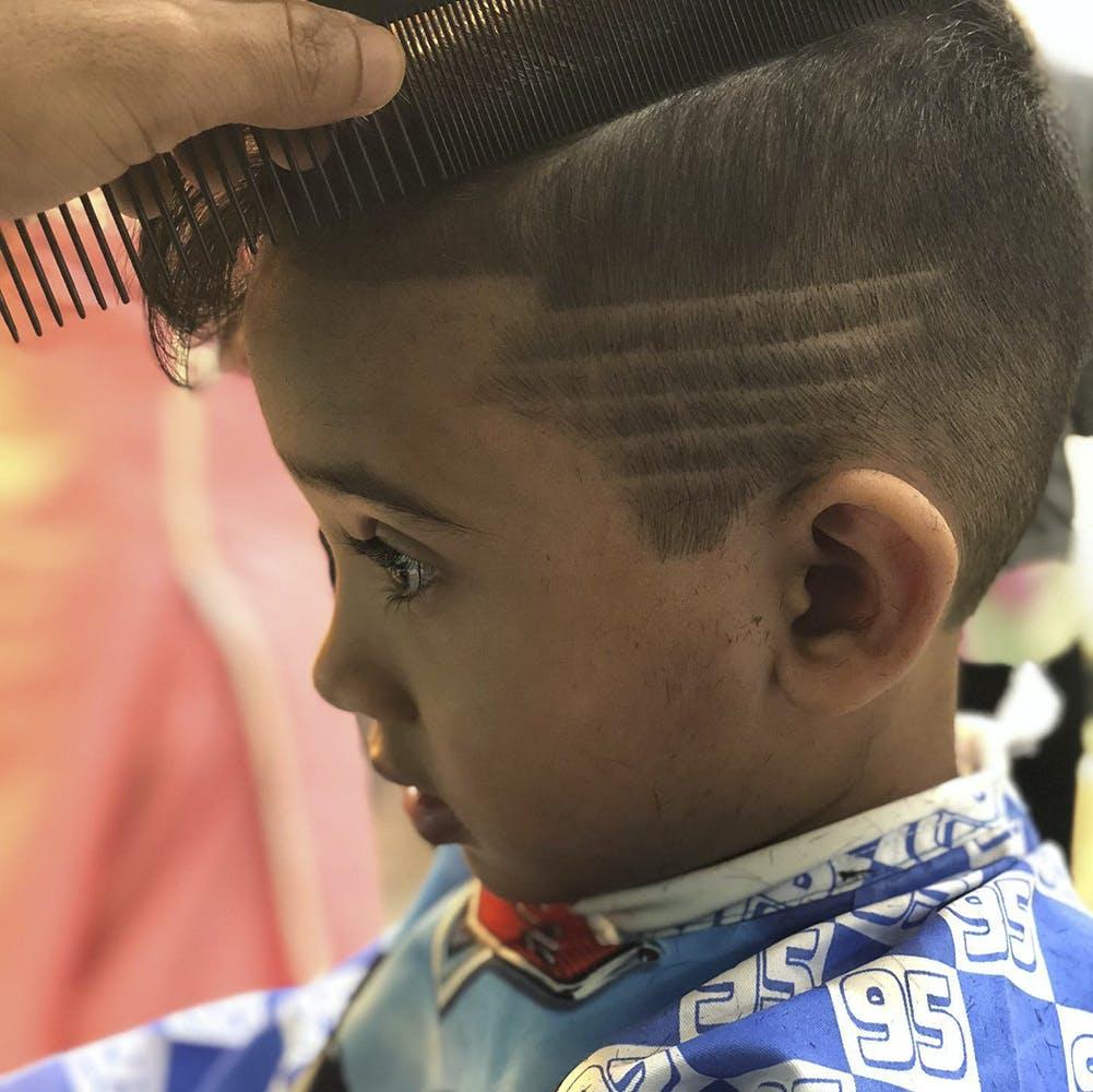 Forehead,Hair,Skin,Head,Chin,Hairstyle,Eye,Facial expression,Organ,Human