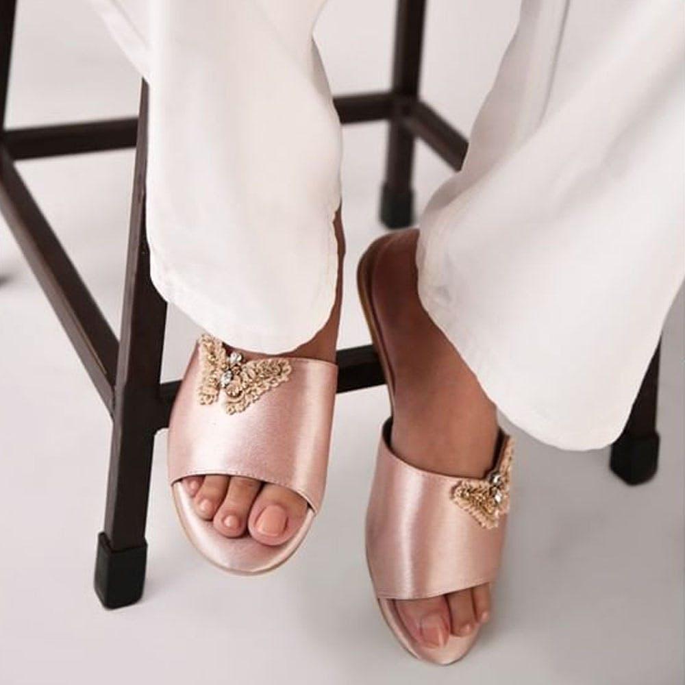 Joint,Shoe,Dress,Leg,Human body,Basic pump,Street fashion,Finger,Bridal shoe,High heels