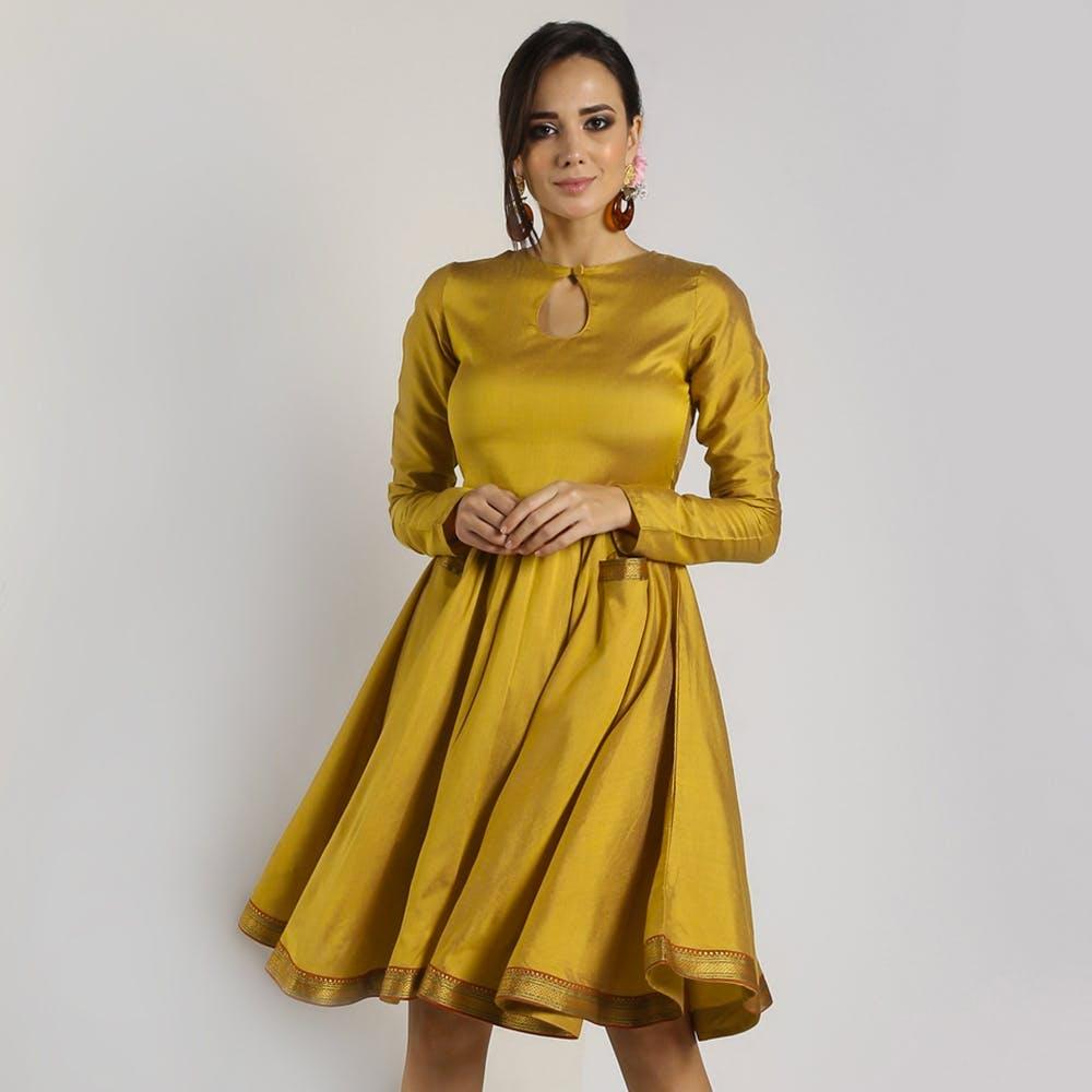 Outerwear,One-piece garment,Arm,Shoulder,Day dress,Neck,Waist,Sleeve,Dress,Gesture